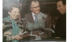 Herta Firnberg beim begutachten der Kunstgegenständen
